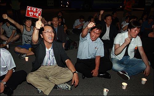 김재철 사장이 'PD수첩-4대강 수심 6m의 비밀' 편을 방송보류 결정을 내린 가운데 17일 밤 서울 여의도 MBC 사옥 앞에 모인 시민들이 방송 불방사태에 항의하며 구호를 외치고 있다.