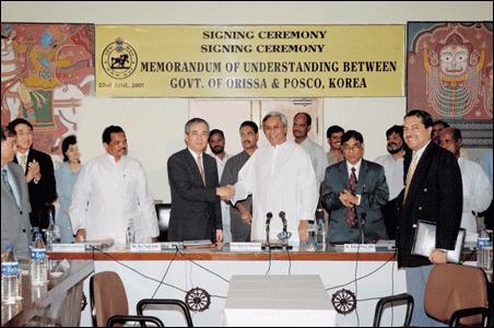 2005년 포스코와 인도 오리사 주 정부의 제철소 건설을 위한 MOU 체결 장면. 이구택 전 회장이 파트나익 주 총리와 악수하고 있다.
