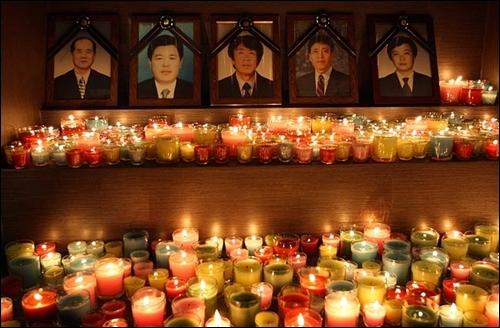 용산참사 발생 6개월째를 맞는 2009년 7월 20일 저녁 서울 용산구 한강로 남일당빌딩 참사 현장 앞에서 열린 '용산참사 해결 촉구를 위한 추모미사'에서 희생자 영장 앞에 고인의 넋을 위로하는 수많은 촛불들이 놓여져 있다.