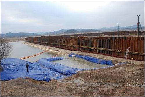 그림 2. 금강 부여보 건설현장. 부여보는 높이 7m, 길이 620m(고정보 구간 500m, 가동보 구간 120m), 저류량 2350만m³이다. 완공되면 강의 평균 깊이는 4.6m, 폭은 294m가 된다.