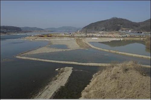 그림 3. 한강 이포보 건설현장. 이포보는 높이 6m, 길이 591m(고정보 구간 206m, 가동보 구간 295m), 저류량 1700만m³이다.