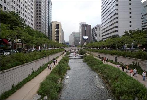 그림 4. 1960년대에 세운 고가도로를 철거함으로써 청계천은 시민들의 인기 높은 휴식공간으로 변했다. 그러나 서울 중심가를 흐르는 이 강은 본질적으로 완전히 새로 조성된 인공하천이다. 수많은 시민들이 강변 산책길을 이용하고 있다.