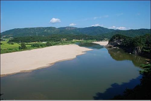 그림 5. 낙동강 경천대. 이 구간은 낙동강에서 가장 아름다운 곳으로 손꼽힌다. 기존 제방은 강 폭을 넓히기 위해 50m 옮겨 설치하고, 모래사장은 강 깊이를 더 깊게 하기 위해 파내 없앨 예정이다.