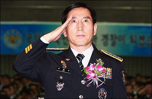 조현오 경찰청장이 30일 오후 서울 서대문구 미근동 경찰청 강당에서 열린 취임식에서 국기에 대한 경례를 하고 있다.