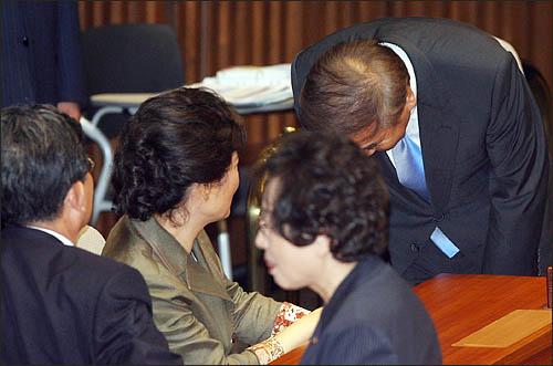이재오 특임장관이 1일 정기국회 개회식이 열린 국회 본회의에서 한나라당 박근혜 전 대표에게 고개숙여 인사하고 있다.