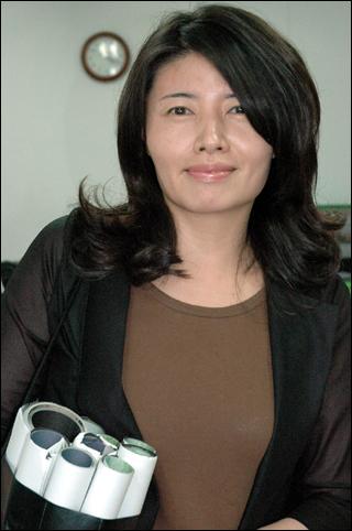 남편이 제작한 영화홍보를 위해  매일 영화전단지를 들고 교회를 돌며 홍보하고 있는 김미희씨