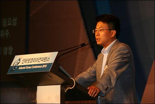 9일 오전 서울 광장동 쉐라톤워커힐호텔에서 열린 '인터넷코리아컨퍼런스2010'에서 임정욱 라이코스 대표가 미국 IT 시장의 상생 요인을 짚고 있다.