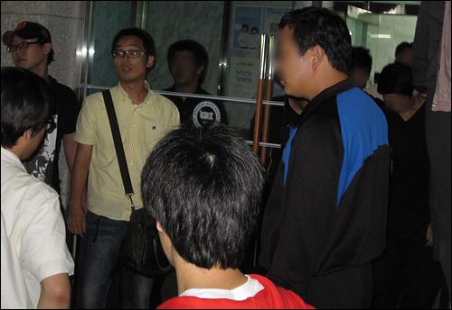 학생(왼쪽)들이 본관으로 들어가려는 것을 용역깡패들(오른쪽)이 막고 있다