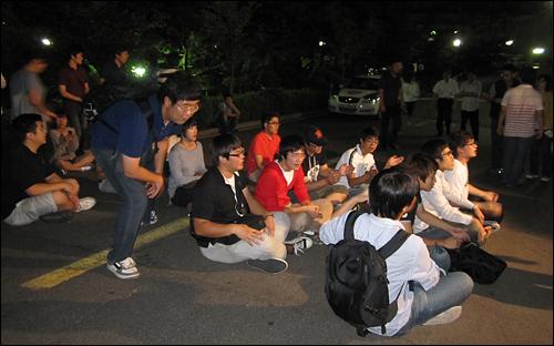 용역깡패 본관진입 소식을 들은 한양대 학생들이 한양대 본관 앞에서 규탄집회를 진행하고 있다
