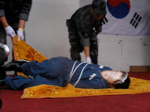 김정일 위원장 처형 퍼포먼스 9일 오후 신길역 앞에서 열린 북한인민해방전선 출범식에서 참가자들이 김정일 국방위원장 처형 퍼포먼스를 진행하고 있다.
