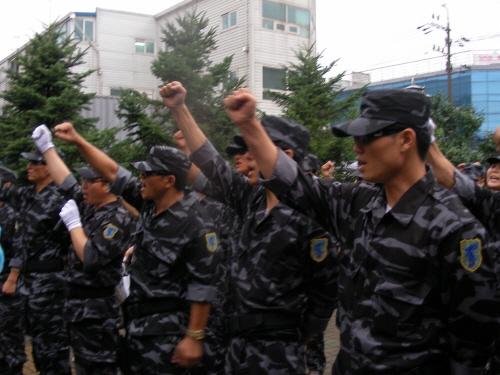 """구호 외치는 북민전 회원들 북한군 출신 탈북자들로 구성된 북한인민해방전선 출범식에서 참석자들이 """"김정일에 아부하는 진보연대 규탄한다""""는 구호를 외치고 있다."""