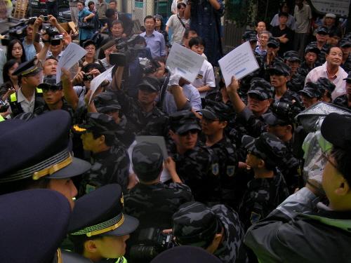 한국 진보연대 앞 북민전 회원들 9일 오후 북한인민해방전선 출범식을 마친 참가자들이 항의서한을 전달하기 위해 한국진보연대 앞에서 경찰과 대치하고 있다.