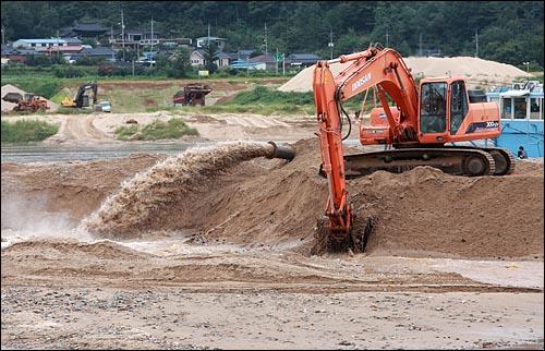 8일 오후 4대강 사업 공사가 한창인 경북 구미시 낙동강에서 준설작업이 한창이다.