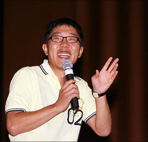 방송인 김제동씨가 희망제작소 주최로 11일 경희대학교 평화의전당에서 열린 '프로젝트: 청춘비상-세상을 바꾸는 1천개의 직업' 강연회에서 '내가 생각하는 삶과 직업'에 대해 얘기하고 있다.