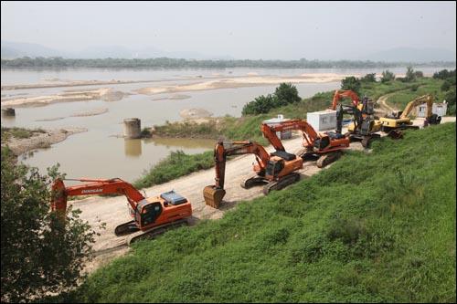 14일 오후 4대강 사업으로 파괴되는 경북 구미시 낙동강 해평습지 주변에 굴삭기들이 줄지어 대기하고 있다.