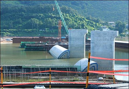 15일 오후 경남 창녕군 길곡면 오호리에서 건설중인 '4대강 사업' 함안보 공사 현장.