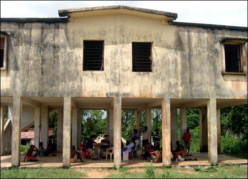포스코 인도 오리사주 프로젝트 현지조사팀이 딩키아 마을에서 주민들을 만나고 있다. 딩키아 마을 주민 대부분이 제철소 건립을 반대하고 있다
