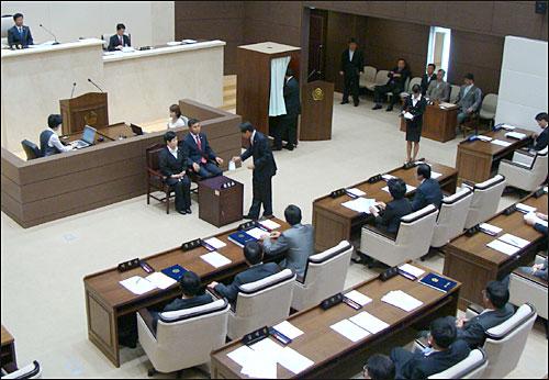 용인시의회는 16일 152회 임시회 마지막 본회의를 열고 민주당 측이 의결을 요구한 급식조례개정안을 기명투표 방법으로 표결에 부쳐 찬성 12, 반대 13표로 부결처리 했다. 사진은 투표진행 모습.
