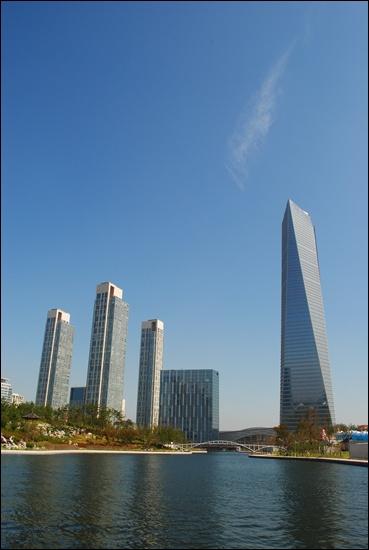 송도국제도시. 오른쪽 높은 건물이 동북아 무역센터.