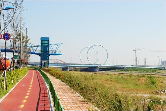송도국제도시를 나와 소래포구가지 가는 자전거도로. 그리고 자전거바퀴 모양을 한 다리.