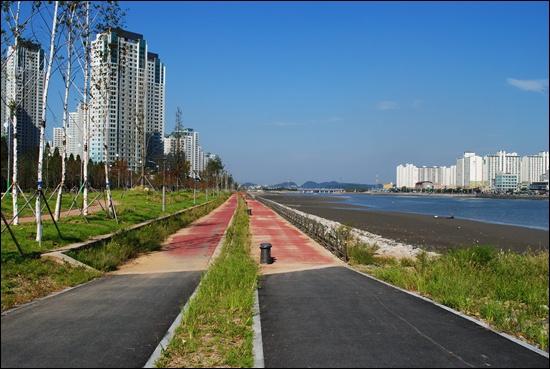 소래포구 가기 직전 자전거도로. 눈앞에 시원한 풍경이 펼쳐진다.