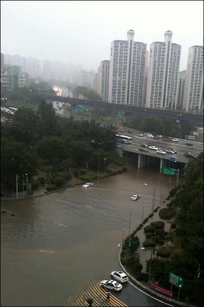 완전히 침수된 한남대교 남단 지하차도 일대(트위터 아이디 @o2study)