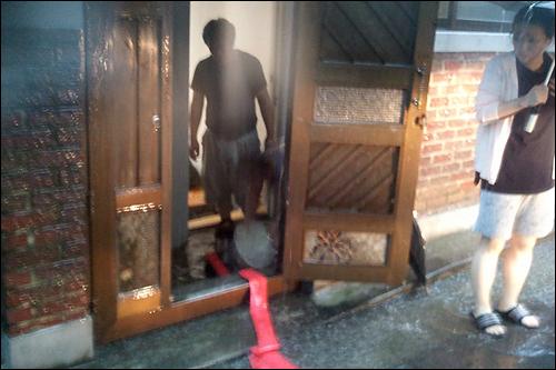 가정집에서도 비 피해를 겪고 있다.(트위터 아이디 @ytnetwork)