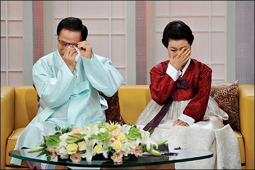이명박 대통령과 부인 김윤옥씨가 추석을 하루 앞둔 20일 오전 KBS 1TV '아침마당 - 대통령 부부의 사람 사는 이야기' 출연해서 돌아가신 어머니에 대한 이야기를 하며 눈물을 흘리고 있다.