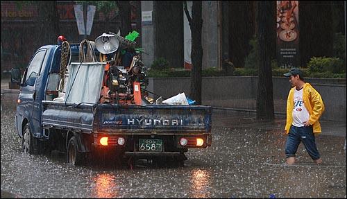 민족 최대 명절인 추석 연휴 첫날인 21일 오후 서울·경기 지역에 시간당 최대 100mm의 폭우가 쏟아진 가운데, 종로구 청계천 인근 도로에 물이 불어나 차량들이 물에 잠겨 있다.