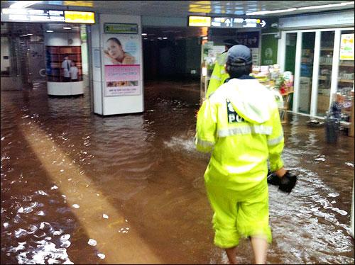 '지하철 광화문역 일부 침수 - 미디어코난PD'(8903님이 엄지뉴스로 전송해주신 사진입니다.)