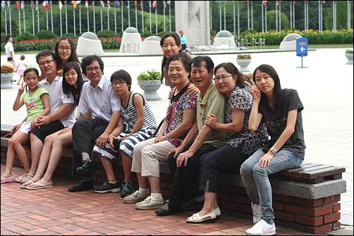 처가집 식구들과 장인어른 생신을 맞이하여 처가식구들과 함께 모여 조촐한 식사를 나누고 기념사진을 찍었다(2010년 9월). 필자는 왼쪽에서 네번째, 아내는 오른쪽에서 두 번째이다.