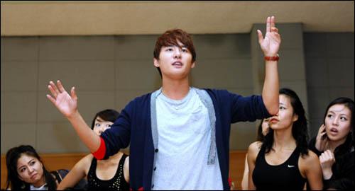 <뮤콘 - Levay with Friends> 연습현장 공개 국내 최대 규모의 뮤지컬 콘서트로 기록될 이번 공연에는 김준수를 비롯해 서범석, 민영기, 박은태 등 정상급 뮤지컬 배우 40여 명이 출연한다.