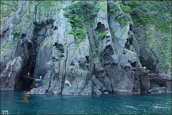 해안산책로를 걷다 보면 들머리에서 두 개의 거대한 해식동굴을 만나게 된다.