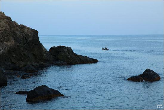 바다와 나란히 걷는 산책로는 때론 고요하고 때론 깊다.