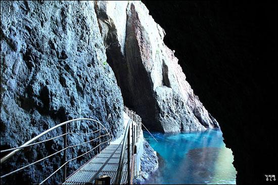 해식동굴 사이로 보이는 옥빛 바다