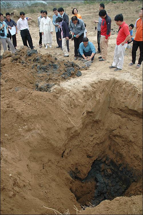 강기갑 의원은 2일 오후 낙동강에 바로 붙어 있는 4대강정비사업 준설지역인 김해 상동면지역의 폐기물 매립 현장 조사를 벌였다. 사진은 낙동강사업 8공구에서 1.7미터 정도 발굴하자 시커먼 흙이 드러난 모습.