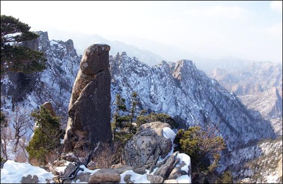 봉정으로 가는 가을 길은 기암괴석이 조화를 이루는무위자연의 법당이다.