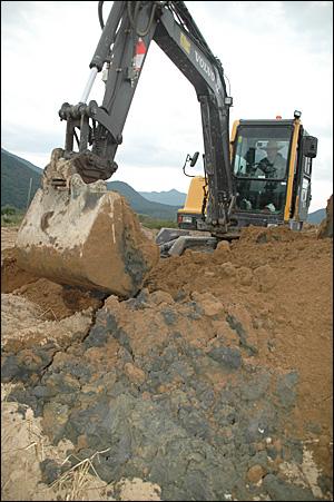 김해 상동면 낙동강 둔치에서느 오래 전에 불법 매립한 폐기물들이 나왔다. 사진은 지난 2일 발굴작업 모습.