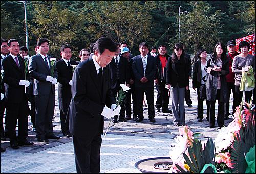 손학규 민주당 대표는 6일 오후 김해 봉하마을 고 노무현 대통령 묘역을 찾아 헌화했다.