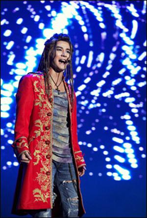 21세기 모차르트로 환생한 김준수 8개월 만에 찢어진 청바지를 입은 레게머리의 모차르트로 변신한 김준수는 한층 원숙해진 연기력을 선보였다.