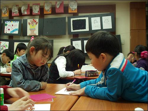 지구촌한국어학교 아이들이 공부하는 모습