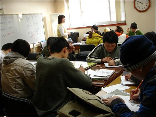 성동외국인근로자지원센터 한국어교실 수업 모습