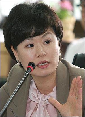 김유정 민주당 의원이 11일 오전 인천시교육청에서 열린 국회 교육과학기술부 국정감사에서 질의하고 있다.
