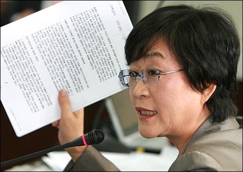 김상희 민주당 의원이 11일 오전 인천시교육청에서 열린 국회 교육과학기술부 국정감사에서 나근형 인천시교육감의 비리와 관련한 교육청 직원의 투서를 보여주며 질의를 하고 있다.