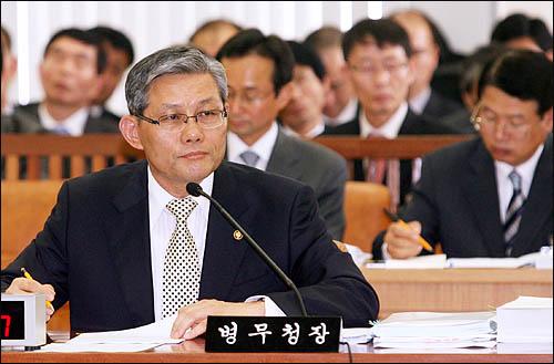 김영후 병무청장이 11일 병무청에 대한 국회 국방위 국정감사에서 질의에 답변하고 있다.