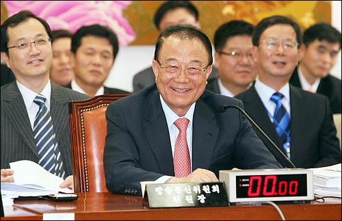 최시중 방송통신위원장이 11일 국회 문방위 국정감사에서 질의를 듣던 도중 웃고 있다.