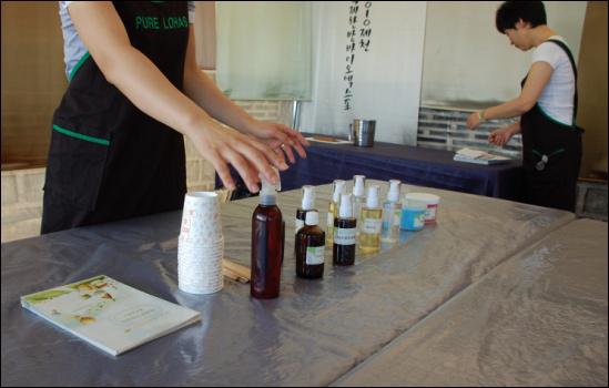 아토피 비누 만들기에 앞서 강사가 비누에 들어가는 재료를 소개하고 있다.