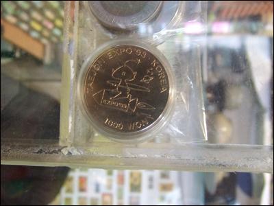 시장에서 판매되고 있는 기념 화폐