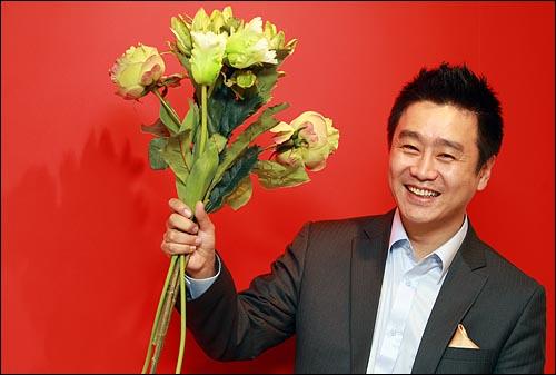 탤런트 이광기가 지난 19일 저녁 고양시 일산 원마운트 전시관에서 <오마이뉴스>와의 인터뷰를 갖고 아들 잃은 아픔을 딛고 '일과 봉사'로 살겠다고 다짐했다.