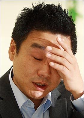 탤런트 이광기가 지난 19일 저녁 고양시 일산 원마운트 전시관에서 <오마이뉴스>와의 인터뷰 도중  신종플루로 먼저 세상을 떠나 보낸 아들을 회상하며 눈물을 흘리고 있다.